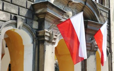Jak wyeksponować flagę podczas świąt narodowych? O uchwytach do flag.